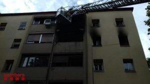 Façana exterior de l'edifici de cinc plantes de Badalona on s'ha incendiat un habitatge,