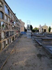 Serveis municipals d'Arenys de Mar prepara el cementiri per Tots Sants