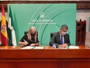 L'alcalde Xavier Garcia Albiol i la consellera de Cultura d'Andalusia signen un protocol
