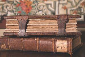 La col•lecció de pergamins i els dos volums de capbreus del senyoriu Desbosch, totalment digitalitzada i en línia