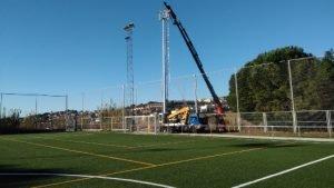 Substitueixen dues torres de llum del camp de futbol municipal