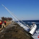 Els Bombers rescaten tres persones de l'interior d'un veler atrapat en unes roques