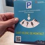 L'Ajuntament de Sant Vicenç reparteix rellotges per a control de l'estacionament en zones vermelles