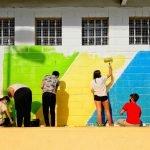 Alumnes de l'Institut Pere Ribot comencen a pintar un mural a l'Escola Pérez Sala