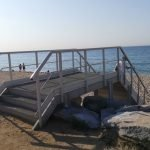 L'Ajuntament del Masnou col•loca un nou pont d'accés a la platja